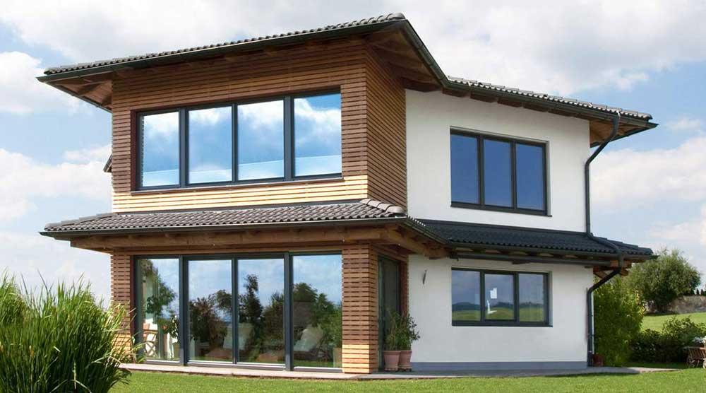 Ein klassisch modernes Haus in Weiß und Holz mit großen Fenstern