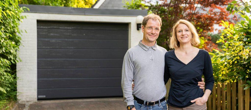 Ehepaar vor neuem Garagentor
